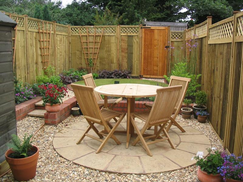 Circular traditions a small low maintenance victorian for Garden design ideas for medium gardens