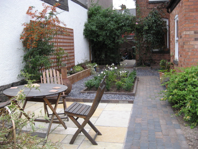 a shady courtyard jardin design